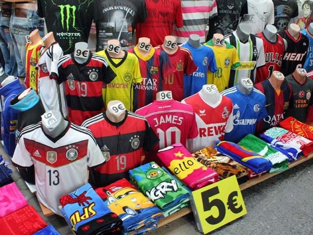 Дешевые футболки на вещевом рынке в Турции