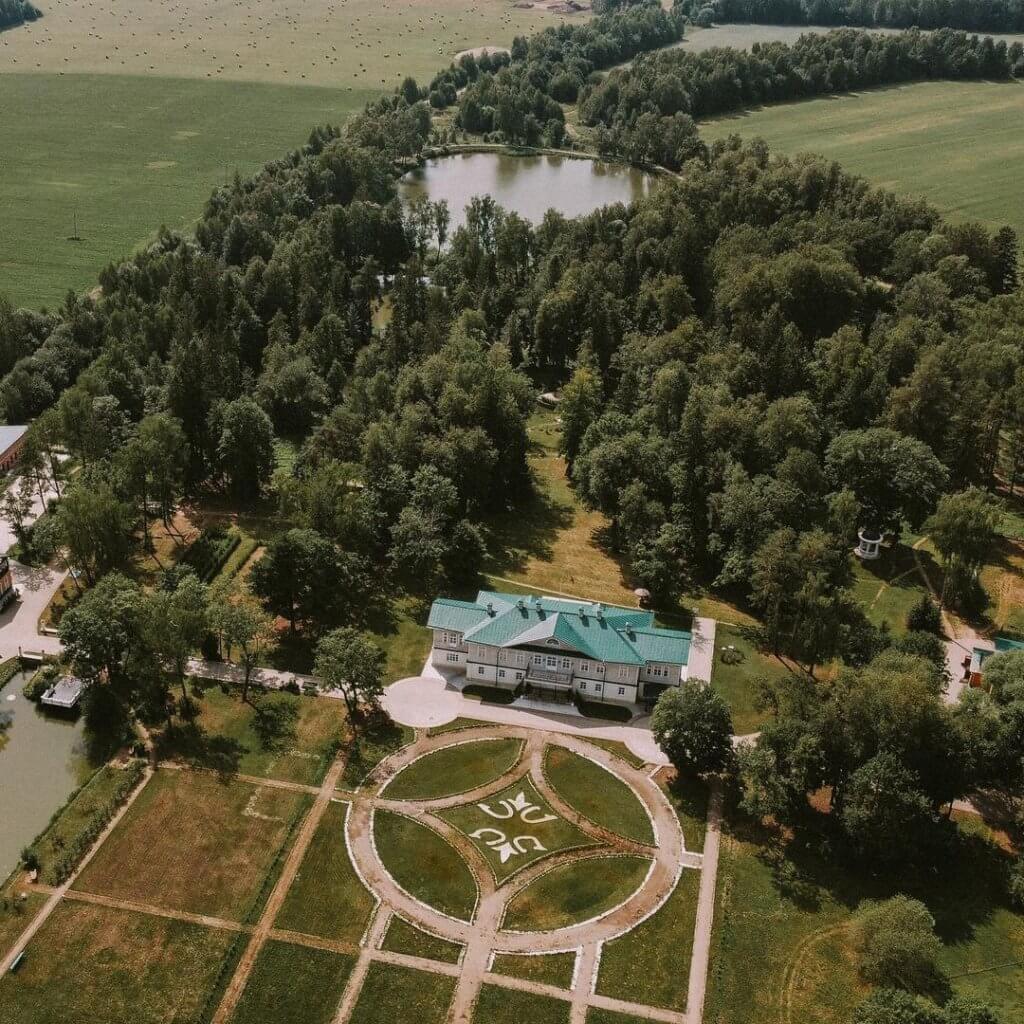 Вид на усадьбу и прилегающий парк в Карабихе